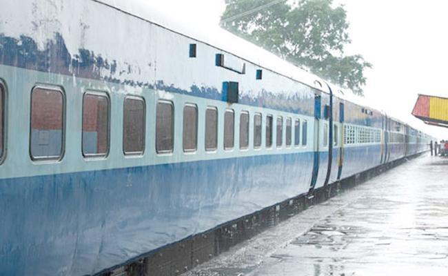 Man Jumped Off Train To Save Mobile In Kalwa - Sakshi