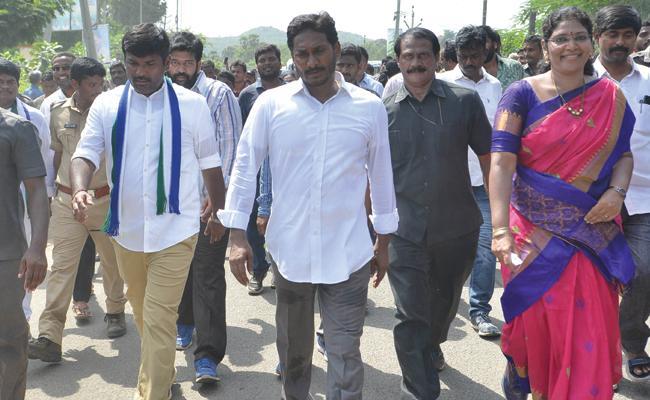 People Sharing Their Problems To YS Jagan in Praja Sankalpa Yatra - Sakshi