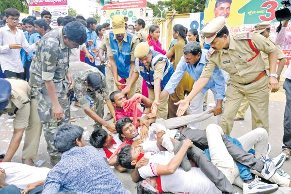 Police lathicharge on student unions - Sakshi
