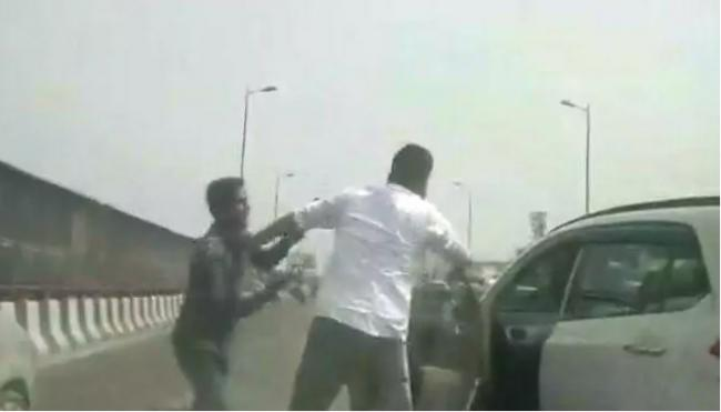 Delhi Businessman Robbed Of Rs 70 Lakh At Gunpoint On Busy Flyover - Sakshi