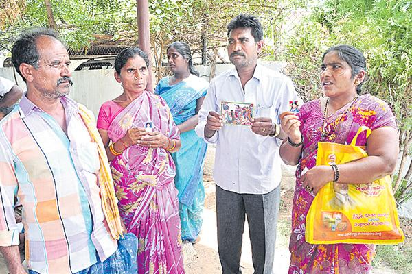 Couples claim 2 rescued girls as their daughters - Sakshi