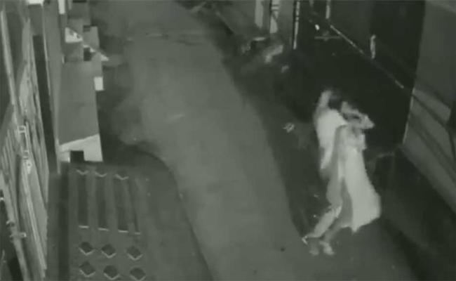 Man Attacked Woman And Robbed Her In New Delhi CCTV Records - Sakshi