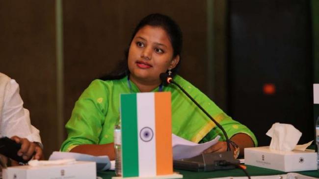 MP Heena Gavits Car Attacked By Maratha Protesters - Sakshi