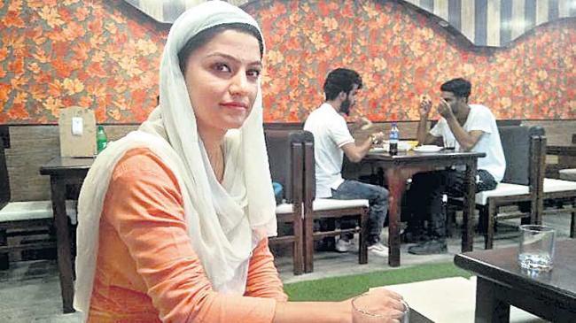 First Kashmiri girl  opened a cafe in Srinagar - Sakshi