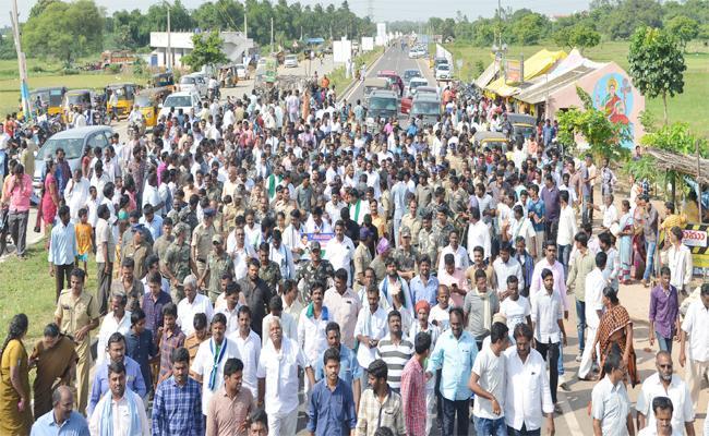People Sharing Their Problems In Praja Sankalpa Yatra - Sakshi