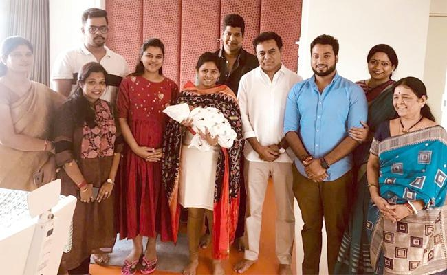 Akhila Priya Invites KTR For Marriage - Sakshi