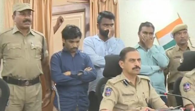Gang Cheating People In The Name Of Jobs In Karimnagar - Sakshi