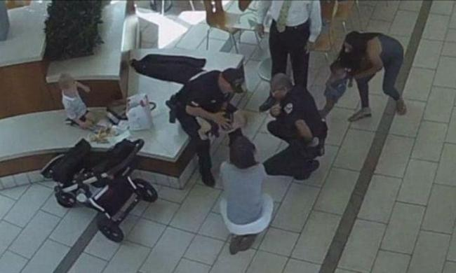Police officers save a baby choking on food in Florida - Sakshi