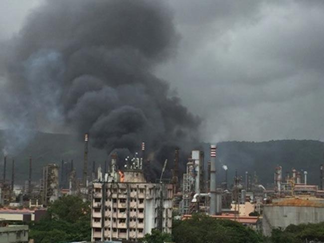 Fire at Bharat Petroleum refinery in Mumbai - Sakshi