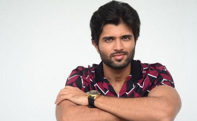 Vijay Devarakond Accepts  Harithaharam Green Challenge - Sakshi