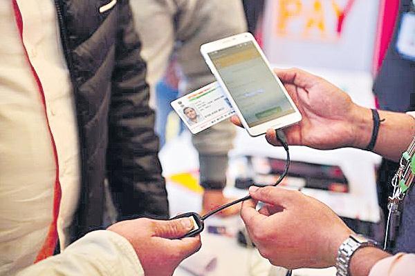 UIDAI relaxes Aadhaar enrolment targets for banks - Sakshi