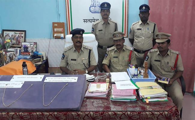 Chain Snatchers Arrest In Prakasam - Sakshi