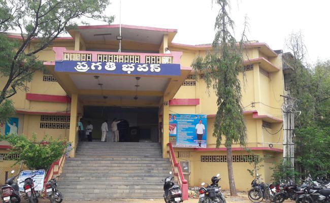 Suicide Attempt in praksam Pragathi Bhavan - Sakshi
