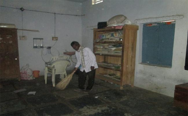 Part Time In Govt Schools Sweepers Salary Problems Khammam - Sakshi