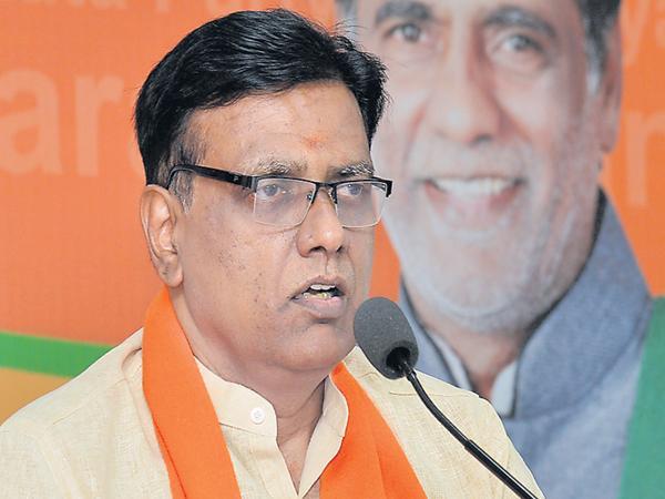 BJP Leader fires on Chandrababu - Sakshi