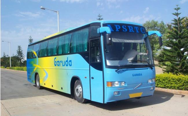 Jewellary Theft In Garuda Bus At Vijayawada - Sakshi
