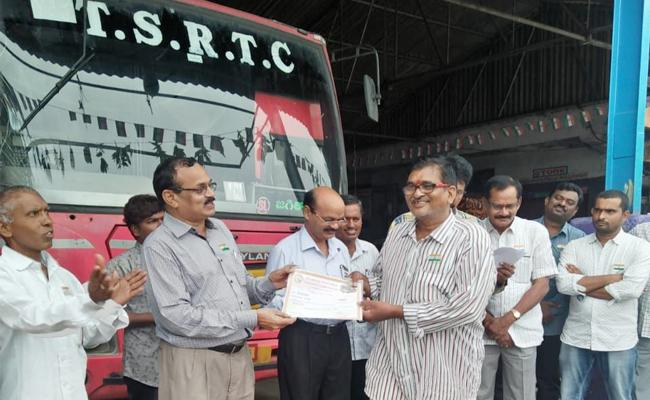 Best Driver Award Winner Srinivas Died In Kondagattu Accident - Sakshi