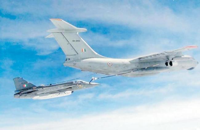 Tejas fighter jet refuelled midair over Gwalior - Sakshi
