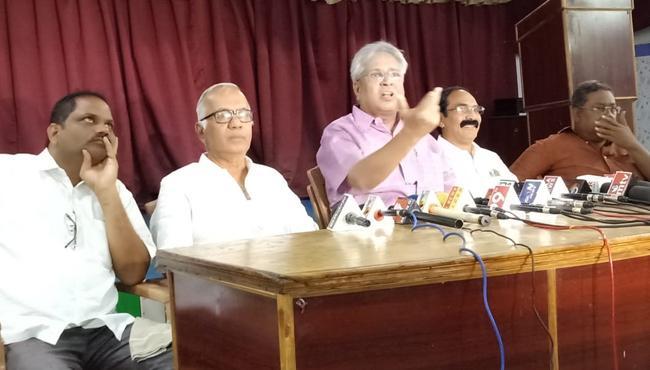 Undavalli Arun Kumar Slams CM Chandrababu Naidu - Sakshi