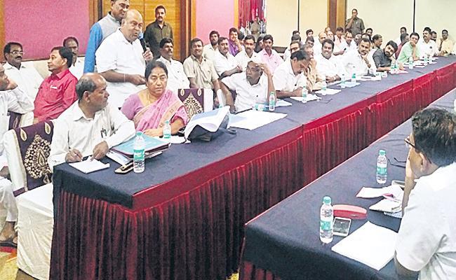 Nagam Janardhan Reddy Slams CM KCR In Round Table Meeting - Sakshi