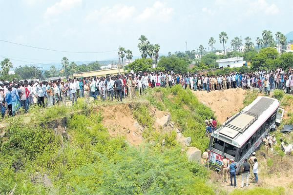 Tragedy at Kodimial with Huge Bus Accident - Sakshi