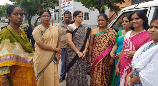 Jaggareddy Wife Nirmala Reddy Meets Him In Chanchalguda Central Prison - Sakshi