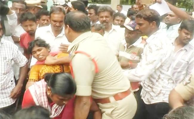 police lotty Charge On Municipal Workers Prakasam - Sakshi