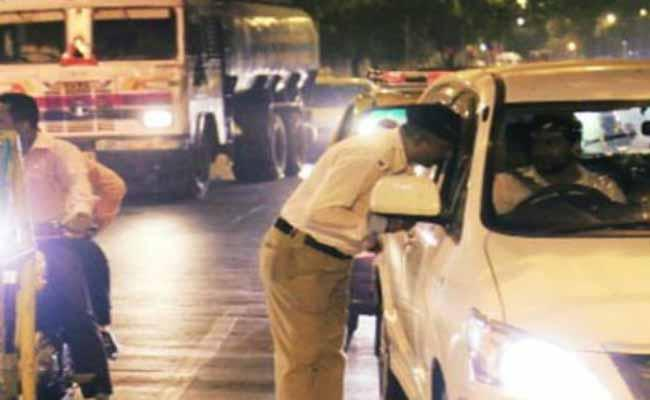 man Stolen Breath Analyser From Police While Drunk And Drive Tests - Sakshi