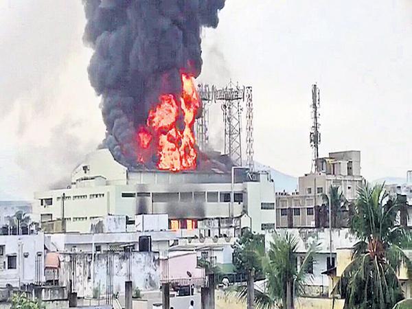 Huge fire accident at the Gajuwaka Srikanya complex - Sakshi