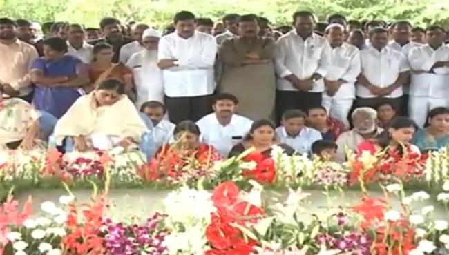 YS Rajasekhara Reddy Family Pays Tributes To On YSR Ninth Death Anniversary - Sakshi