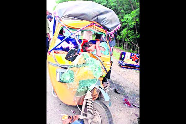Two Died In Road Accident AT Narketpally - Sakshi