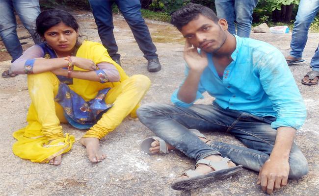 Lover Suicide Attempt In Karimnagar - Sakshi