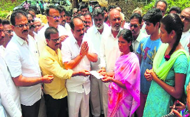 YSRCP Shankaranarayana Financial Help to Road accident  victims Families - Sakshi