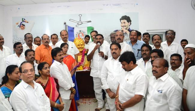 YS Rajasekhara Reddy Death Anniversary Tributes In Telugu States - Sakshi