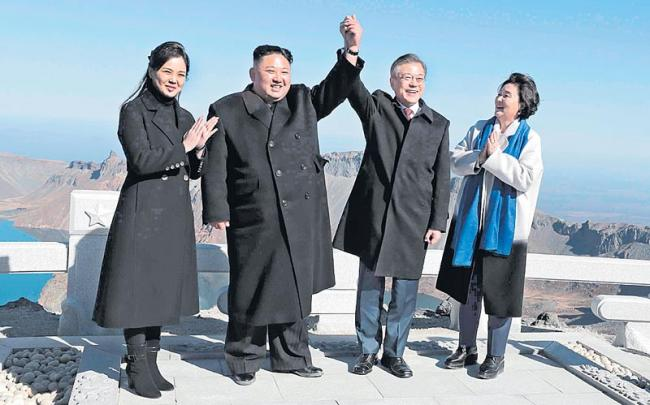 Moon, Kim head to Mount Paekdu in friendship event - Sakshi