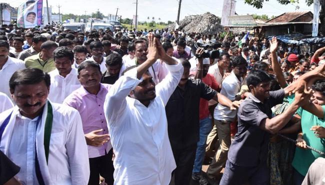 Huge Response On Ys Jagan Padayatra In Srungavarapukota - Sakshi