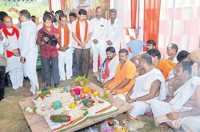 Narayana Bali Pooja at kondagattu Bus Accident Spot - Sakshi