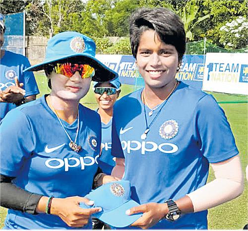 Arundhati reddy cricketer select to womens t20 team - Sakshi
