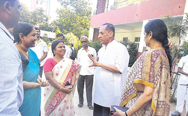 Raj Bhavan Government School HM Unhappy With Facilities - Sakshi