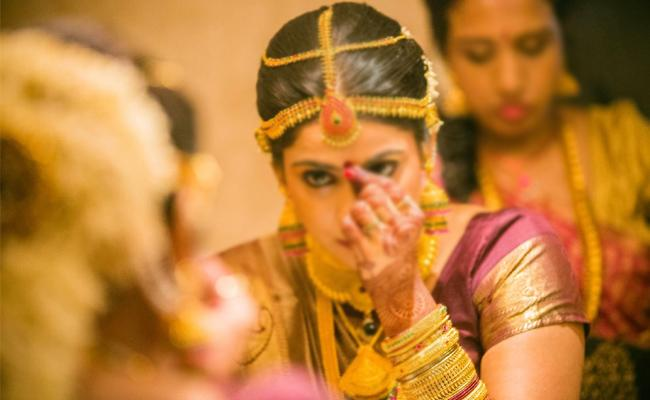 Bride Missing On Wedding Day In Karnataka - Sakshi