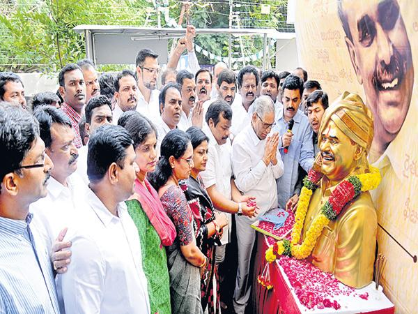 YS Rajasekhara Reddy Death Anniversary Tributes In all over Telugu States - Sakshi
