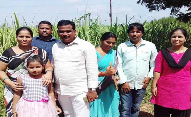 Family Meets YS Jagan In Praja Sankalpa Yatra - Sakshi