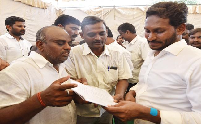 Sugar Farmers Meets YS Jagan in Praja Sankalpa Yatra - Sakshi