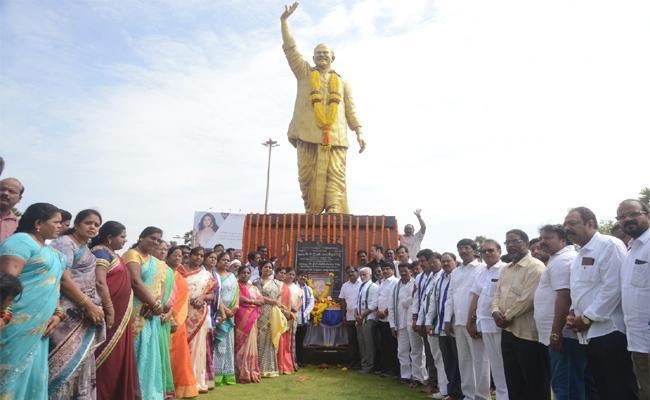 Honored To YS RajaSekhara Reddy In Visakhapatnam - Sakshi