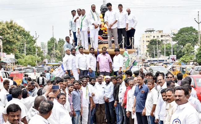 Free Eye Camps in YSR Death Anniversary Day Guntur - Sakshi