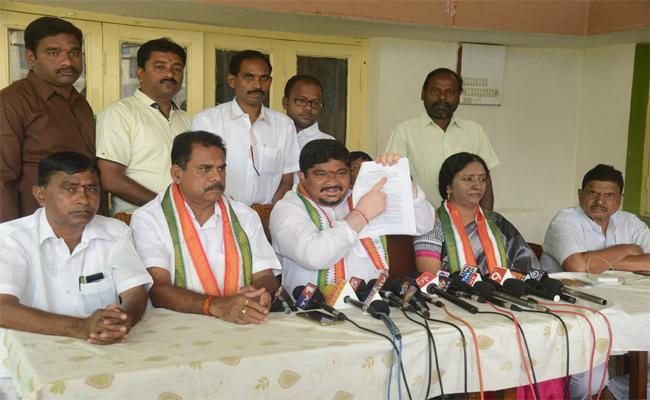 Congress Leader Ponnam Prabhakar Slams On KCR - Sakshi