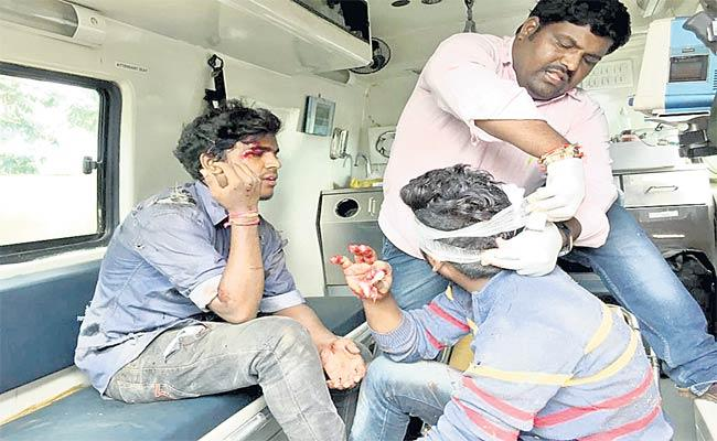 People Injured In Road Accident - Sakshi