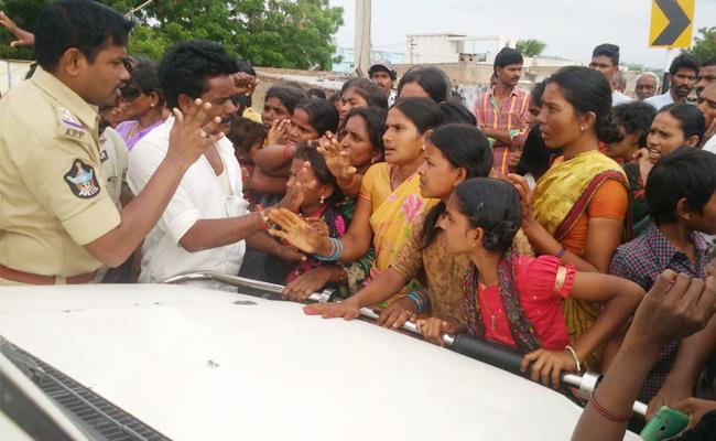 Womens Protest On Wine Shop Ban In Village Prakasam - Sakshi