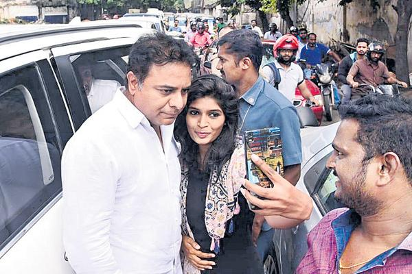 Bangalore woman selfie with kcr - Sakshi
