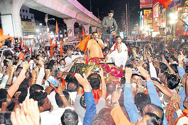 Swami Paripoornananda gets a 'saffron welcome' - Sakshi